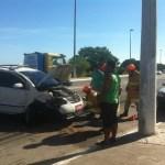 ACIDENTE – Táxi colide contra poste e motorista fica ferido em Cabo Frio