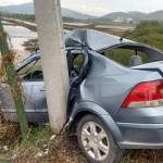 ACIDENTE – Motorista perde o controle do carro, bate e quebra poste ao meio em Cabo Frio