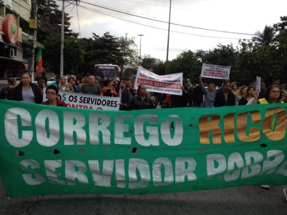 Professores fazem manifestação em frente à Prefeitura