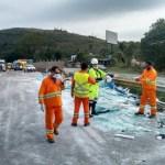 ACIDENTE – Carga de vidro se solta de caminhão na BR-101 e trânsito fica lento