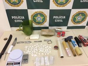 Homens são presos com drogas e balança de