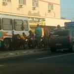 ACIDENTE – Acidente entre ônibus e moto causa transtornos no trânsito na RJ-140