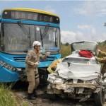 ACIDENTE – Homem morre e quatro ficam feridos em colisão entre carro e ônibus no RJ