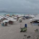 FERIADÃO – Chuva não intimida turistas e Praia do Forte fica cheia em Cabo Frio