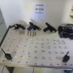 AÇÕES POLICIAIS – Homem é detido com três pistolas e drogas em Bacaxá, em Saquarema