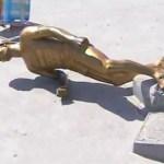 CABO FRIO – Estátua de ex-jogador amanhece no chão em ponto turístico de Cabo Frio
