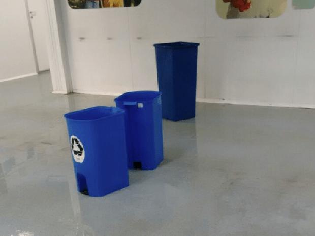 Lixeiras são usadas para conter goteias na UPA de Araruama