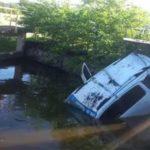 ACIDENTE – Táxi cai e passageiros nadam em esgoto para se salvar em Cabo Frio