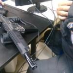 AÇÕES POLICIAIS – PM apreende réplica de fuzil na Praia do Siqueira, em Cabo Frio