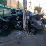 ACIDENTE – Carro bate em poste em avenida de Cabo Frio