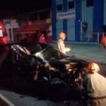 ACIDENTE – Homem se fere ao colidir de carro com caminhão em Cabo Frio
