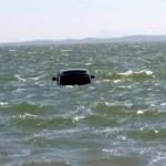 REGIÃO DOS LAGOS – Carro de luxo é achado dentro de lagoa por equipe de limpeza