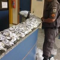 AÇÕES POLICIAIS – Jovem é detida com drogas dentro da mochila em Rio Bonito