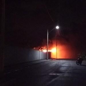 SÃO PEDRO DA ALDEIA – Incêndio toma conta de galpão dentro de condomínio em São Pedro da Aldeia