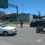 ACIDENTE – Carro de funerária bate em moto e duas mulheres ficam feridas