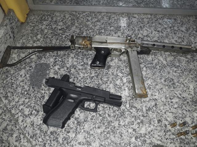 AÇÕES POLICIAIS - PM apreende pistolas após troca de tiros na Rainha da Sucata, em Cabo Frio