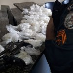 AÇÕES POLICIAIS – PM apreende armas e drogas no bairro Jardim Esperança, em Cabo Frio