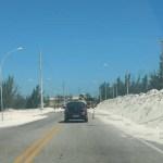 REGIÃO DOS LAGOS – Areia de dunas invade rodovia entre Cabo Frio e Arraial do Cabo e interfere no trânsito
