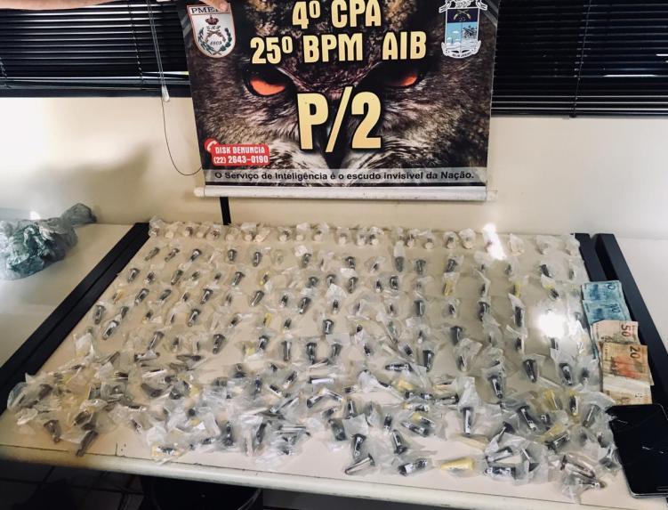 "PM apreende 219 cápsulas de cocaína no ""Beco da Linduca"", na Praia do Siqueira"