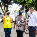 Servidores da Secretaria de Turismo de São Pedro da Aldeia ajudam a organizar filas em bancos