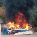 Barraca pega fogo na Praia do Forno em Arraial do Cabo