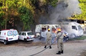 Veículos de transporte de pacientes são incendiados em Casimiro de Abreu