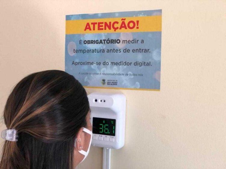 Servidores e visitantes precisam medir a temperatura ao entrar no prédio da Prefeitura Foto: Ryu Rodrigues
