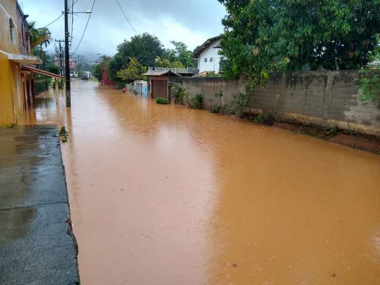 Chuva forte causa alagamentos e transtornos em vários pontos em São Pedro da Aldeia