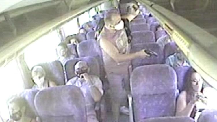 Passageiros de ônibus são assaltados à mão armada em linha que liga Araruama a Niterói