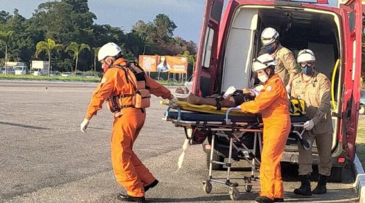 Jovem cai de parapente na Rodovia Amaral Peixoto, em Maricá, RJ, e é internado em estado grave — Foto: Reprodução/Maricá Total