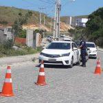 São Pedro da Aldeia monta nova barreira na Estrada Velha de Iguaba