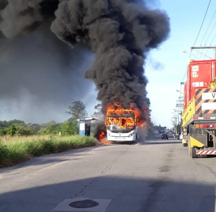 Protesto contra desapropriação de terras termina em confusão e ônibus incendiado em Macaé
