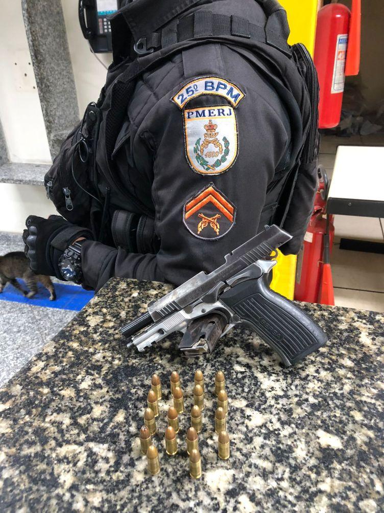 PM prende dois homens com pistola e drogas no Morro dos Milagres