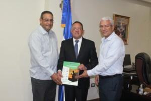 El presidente y vicepresidente de Afipa, Julio Lee y Ramón Castillo, entregan al ministro de Agricultura, Angel Estévez, las conclusiones y recomendaciones del segundo congreso de esa entidad.