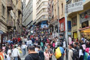 São Paulo - Movimento no comércio da rua 25 de Março no mês do Natal.