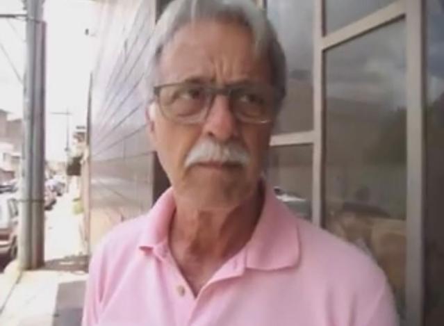 A foto mostra o rosto do secretário de saúde. Ele usa óculos e bigode farto