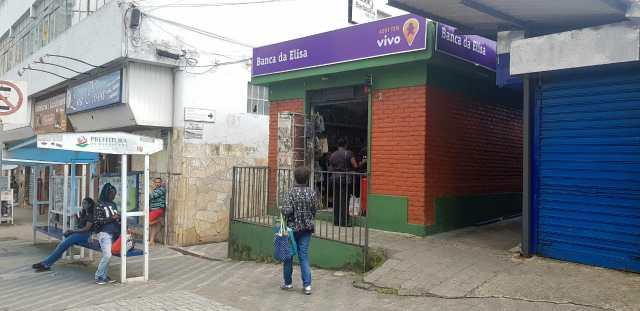A foto mostra uma banca de revista aberta, em desacordo com o decreto municipal que restringe a abertura do comércio