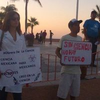 ¡Científicos marcharon en el malecón de La Paz!