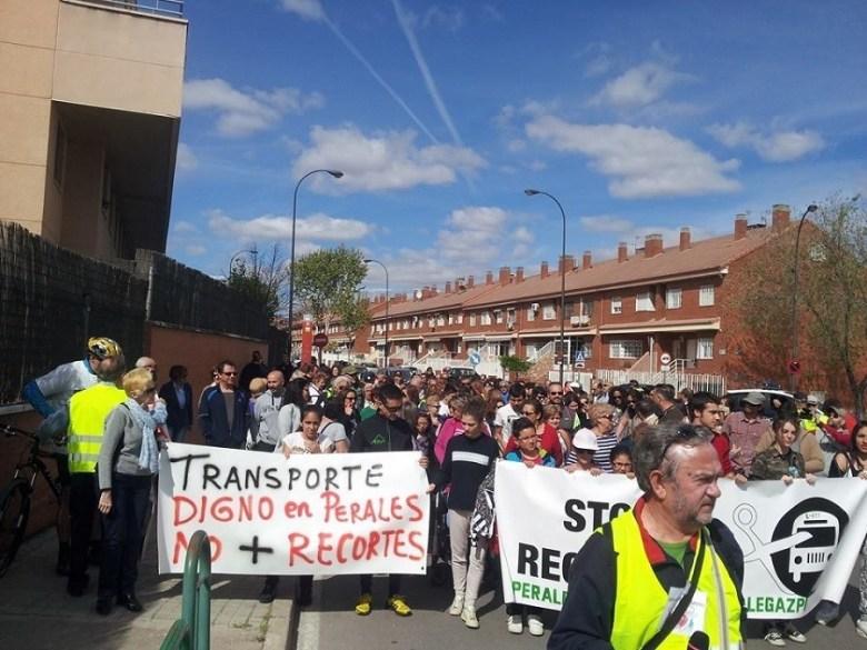 Protesta Asamblea Vecinal de Perales por el transporte en abril de 2015.