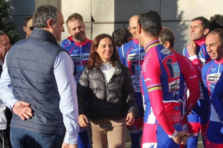 Sara Hernández y Javier Santos junto con los ciclistas antes de la salida