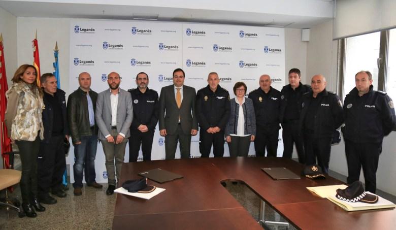 El alcalde Santiago Llorente con miembros de la Policia Local de Leganés.