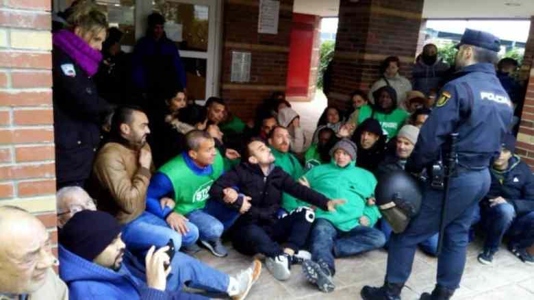 Activistas de la PAH, hoy, protestando ante el desalojo.