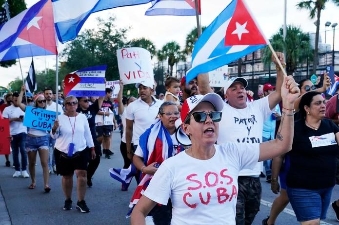 Manifestantes llevan banderas cubanas y gritan lemas de solidaridad con el pueblo cubano y contra el gobierno de la isla en Hialeah, Florida.