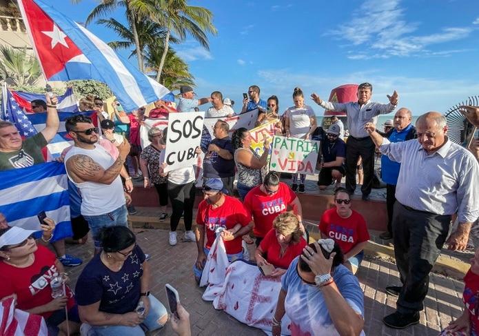 El pastor Arturo Ramirez, derecha, ora durante una protesta en Southernmost Point de Key West, Florida.