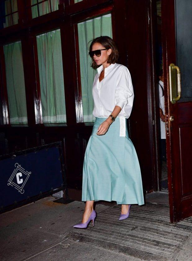 Victoria Beckham.La reina de camisas siendo usado naturalmente y con gran elegancia. Ligeramente oversize, camisas de Victoria son el emblema de la feminidad refinada que parece absolutamente elegante cuando es gastado con una falda larga, cintura baja tobillo, casi.