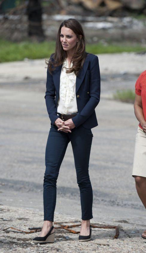 Kate Middleton. Super clásico y profesional, con una chaqueta y la cuña de la firma.