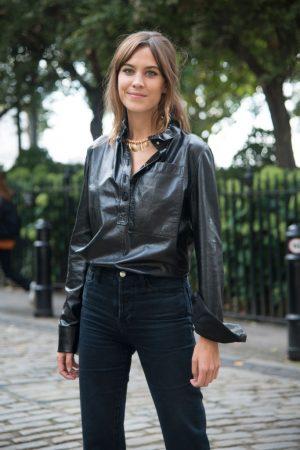 Londres, Inglaterra - 16 de septiembre: escritor británico, anfitriona, modelo y diseñadora de moda Alexa Chung lleva una camisa de JW Anderson 2 en día de 2018 Londres mujeres moda semana de la primavera/verano, 16 de septiembre de 2017, en Londres, Inglaterra. (Foto de Kirstin Sinclair/Getty Images)