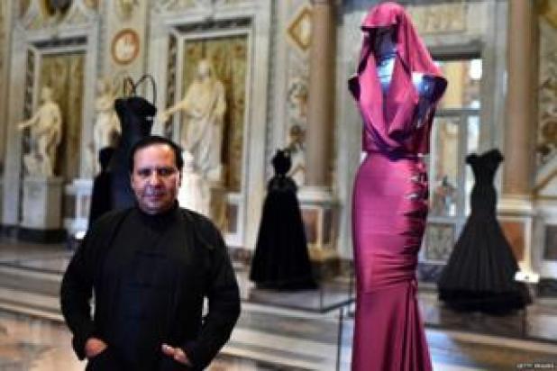 couturier francés tunecino Azzedine Alaia vista previa de impresión de una de sus exposiciones en la Galería Borghese en Roma
