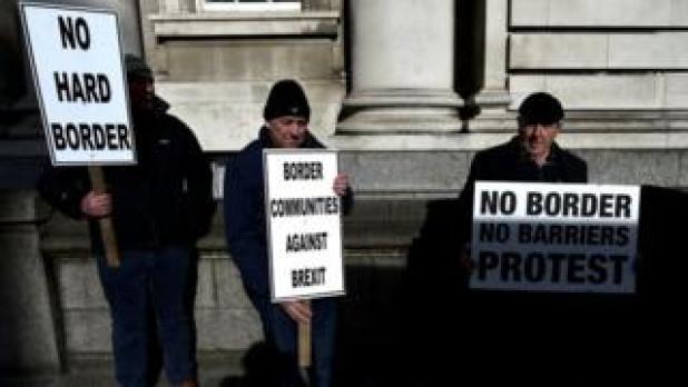 blanco de Anti-activists, fronteras contra objetivo protesta fuera de los edificios del Gobierno irlandés en Dublín