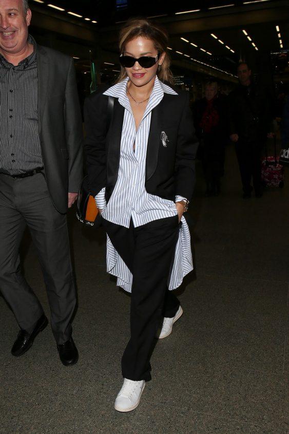 Rita Ora.¿Crees que las camisetas no son las calles? Este look le mostrará que te equivocas: trate de usar una camisa Oxford con sudor pantalones, recogerá los originales y muy cool!